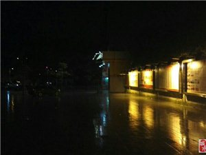 今晚夜骑,遇雨。