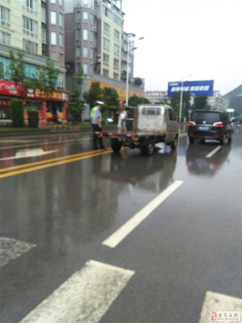 天气不好,下着雨骑摩托车的朋友们注意安全