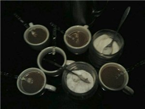 老树咖啡的服务真差劲用两根叉子喝咖啡,