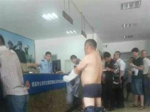 男子裸体威胁交警还车(组图)