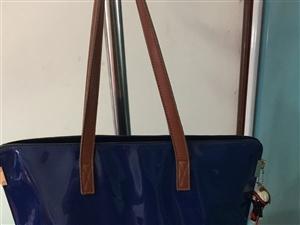 蓝色亮皮包包