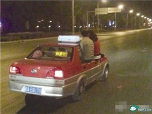 出租�r速60公里 沈�一男女坐窗上玩自拍