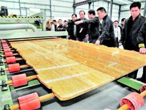 """罗甸县""""贵州坤达石业""""首块板材流下抛光生产线"""