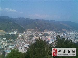 镶在群山峻岭的小县城