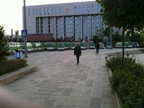 县政府大楼前围着些车是干什么?