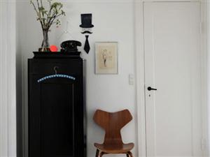 在装饰和功能间找到平衡的客厅小柜