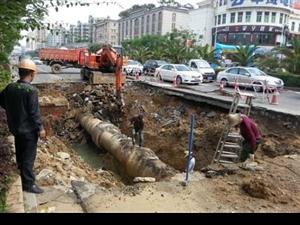 """潮州大润发对面地下水管破裂路面出现""""天坑"""""""