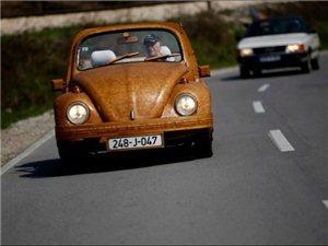 71岁退休老人花费两年时间用橡木打造了一辆甲壳虫汽车