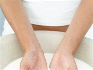 冰牛奶洗脸可以治疗晒伤