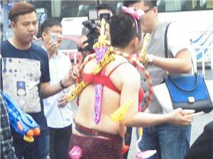 永州新郎官大街上穿半裸女装求婚,晓了有味!