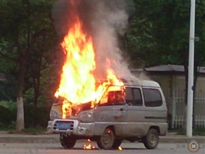吴江一面包车行车过程中自燃