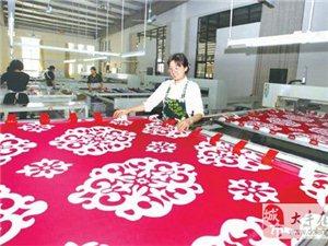 大丰海聆梦家纺生产车间内工人正在赶制销往美国的订单产品