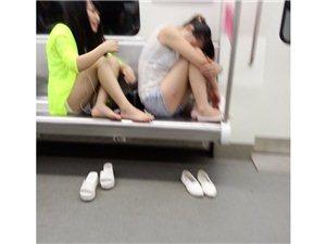 实拍地铁6号线一对奇葩菇凉,这不是在洗脚城!