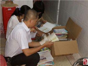 揭西蓝海豚服务队成员接受学生捐书