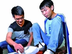 带着父亲特制的考桌 无臂男孩用双脚完成高考