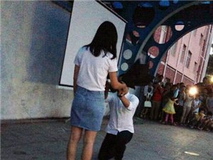 大四学生向女老师求婚:居然已相恋3年