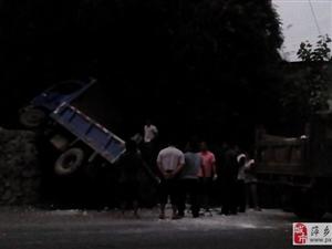 今晚7点左右,上栗319国道发生两辆农用车相撞,所幸无人员伤亡