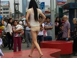 【爆料】乐购门口一女子光着身子走秀