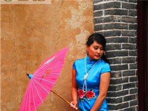 """60岁大妈,穿""""万元旗袍""""豫西大峡谷拍摄 """"女子十二乐坊"""""""