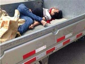潮安县彩塘镇,一摩托车的撞上微型车飞到车厢当场死亡!