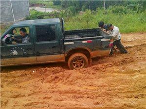 菖蒲一乡道的公路下雨天成烂泥塘(组图)
