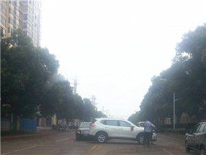 荣家湾富安花园前拐弯处2小车追尾