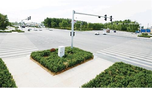 6月30日车辆从改造后的机场环岛十字路口有序通过(图)
