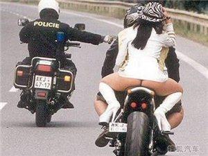 美女乘坐摩托时的走光囧照