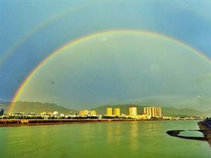 梅州现雨后奇景:彩虹一上一下横跨天空