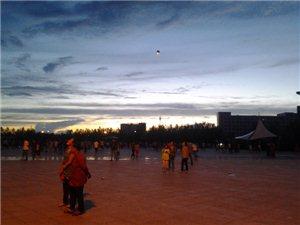 市政府广场上放许愿灯的挺多啊