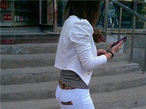 今年流行白色紧身裤,女友也买了穿了,我说她不适合就发生不愉快~