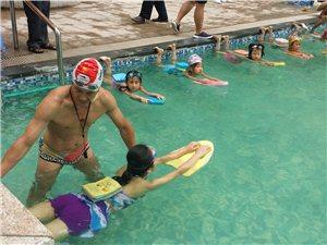 翰林福邸游泳池第一期游泳培�班剪影