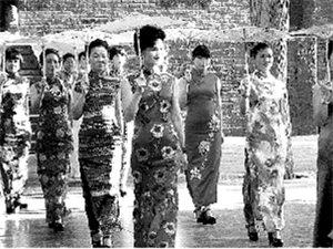 10余名女子穿旗袍在少林寺前走秀被�耠x(�D)
