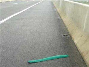 珠海高速中间的绿色隔板真垃圾!工作人员前脚刚做好,后脚就被风?#36947;?#20102;好多