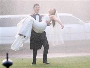 户外婚礼遭遇下雨该如何处理