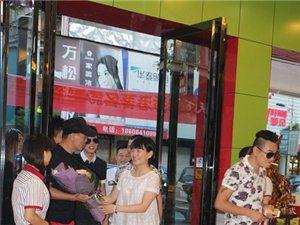 香港影视明星/导演来宁乡可乐餐厅了,我和他合影啦