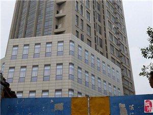 """右见奇事:南京十年烂尾楼糊上塑料布""""窗"""" 称为维护市容"""