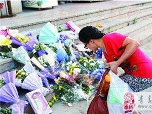 奉天惠广场母女车祸现场铺满鲜花玩具愿天堂没有车来车往