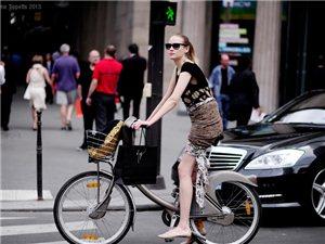 """自行车上的街拍""""车轮时尚"""""""