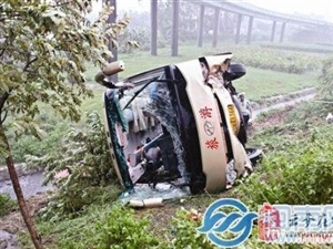 武汉31人厦门旅游遭遇大巴侧翻 9人受伤住院