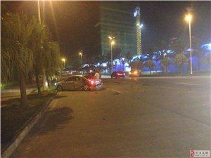 城市假日往华都汇方向的位置发生严重的车祸