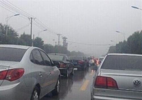 """一场秋雨一场凉市区多路段""""堵爆全场"""""""