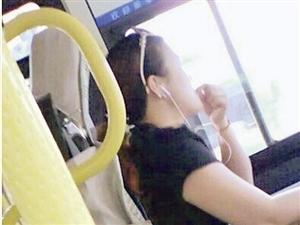 龙岩女公交司机开车嗑瓜子玩手机 ?玩命,玩酷?