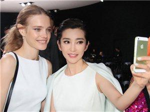 李冰冰白裙优雅助阵Dior大秀与外模大玩自拍