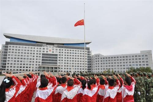国庆节前绥化人民广场前官兵和学生代表参加升国旗仪式