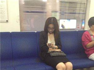 我在地铁上拍一美女,被她发现后竟约我去宾馆继续拍··