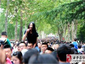 女友骑在脖子男子上逛动物园 被赞中国好男子