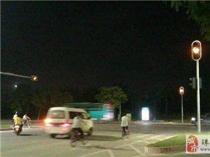 白云路与翠屏路交界的三岔口红绿灯一直闪黄灯