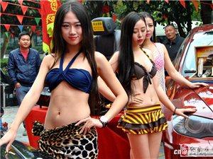 3位美女身着比基尼不畏入秋的凉风在擦洗车子