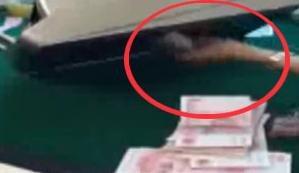 最近网上流传着一个视频,视频里的点钞机,可以把钱越点越少。40张百元大